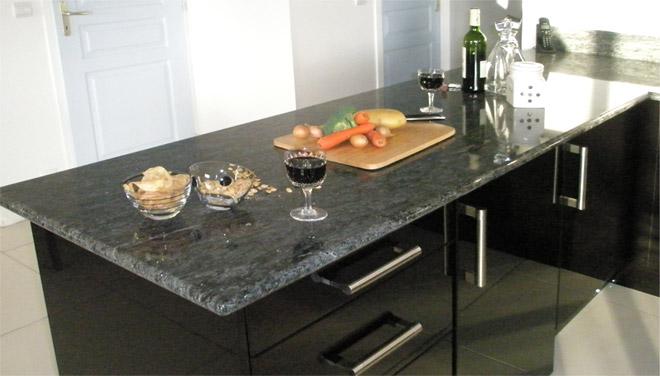Cuisine avec plan de travail marbre noir