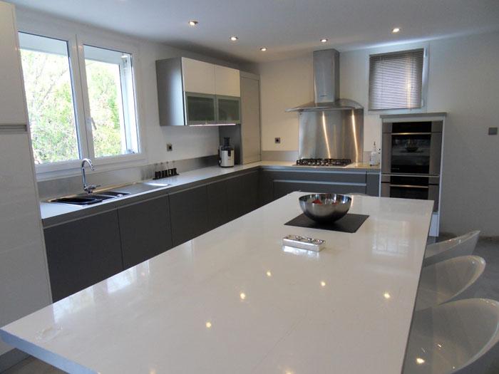 cuisine blanc brillant et plan de travail noir lille. Black Bedroom Furniture Sets. Home Design Ideas