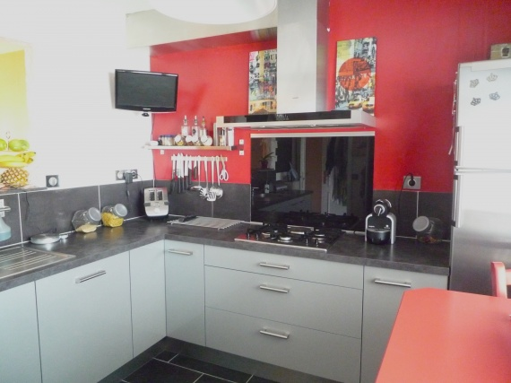 Modele cuisine rouge et gris lille maison - Salon mur rouge et gris ...